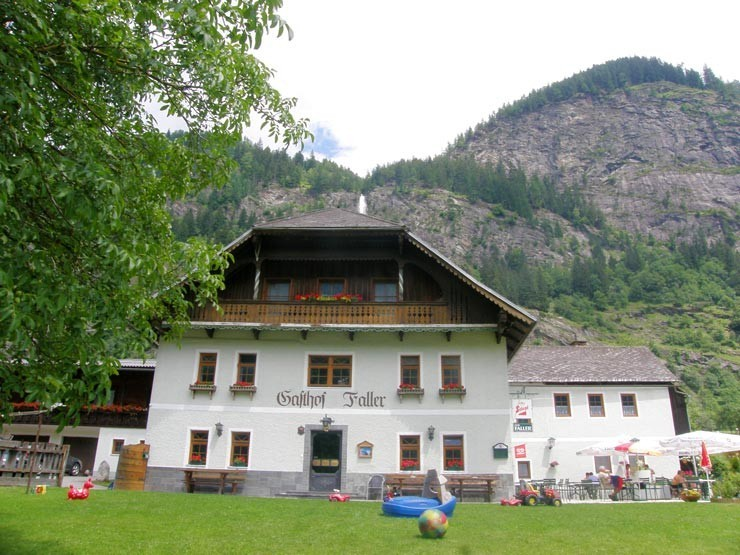Pension in den Alpen im Sommer